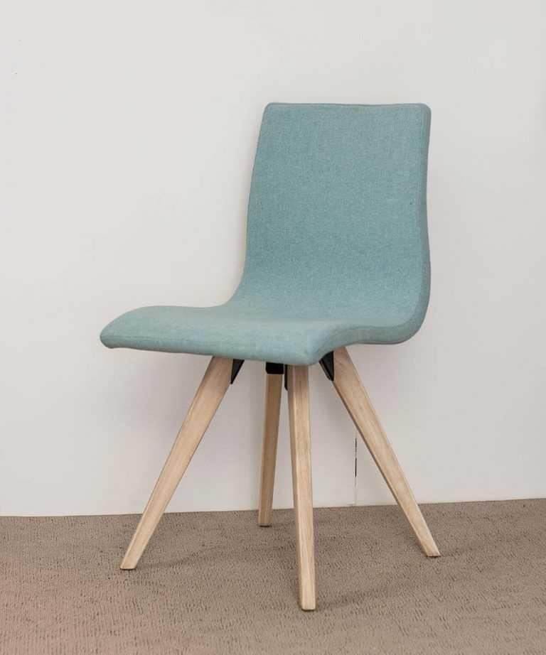 Silla-tapizada-azul-con-patas-en-madera